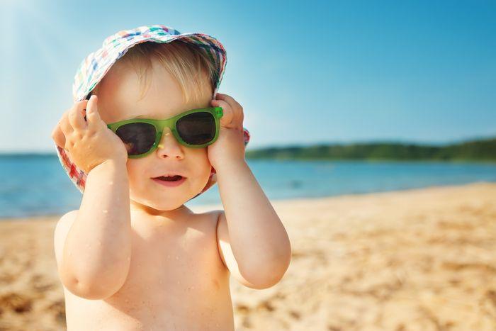 Melindungi mata dari paparan cahaya matahari langsung.