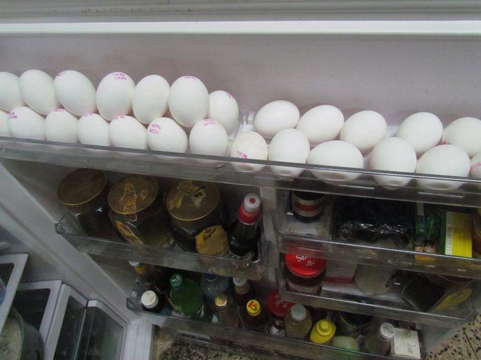 Telur di pintu kulkas.