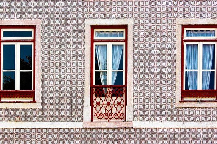 Sebuah rumah di Lisbon yang dindingnya dilapisi keramik