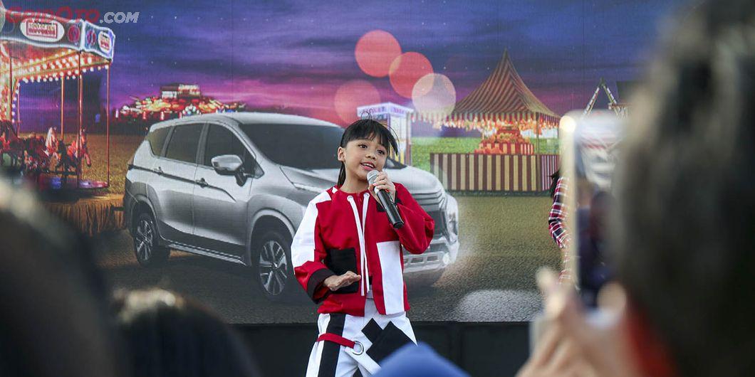 Neona, penyanyi cilik hibur pengunjung di Tons of Real Happiness di Makassar. Photo: Gugum Gumilar