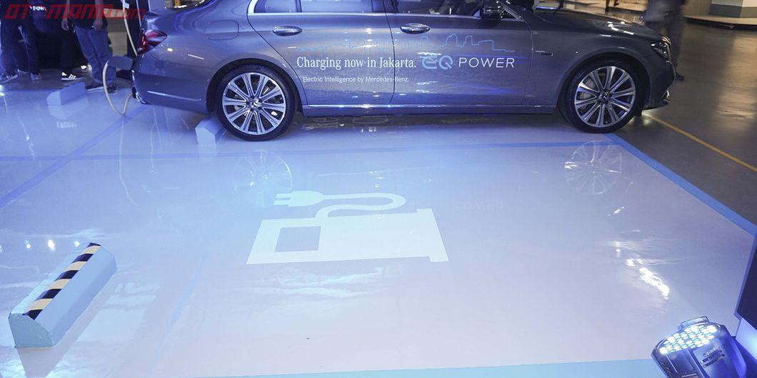 Ruang parkir diperuntukkan bagi pengguna kendaraan Mercedes-Benz. Photo: Rianto Prasetyo