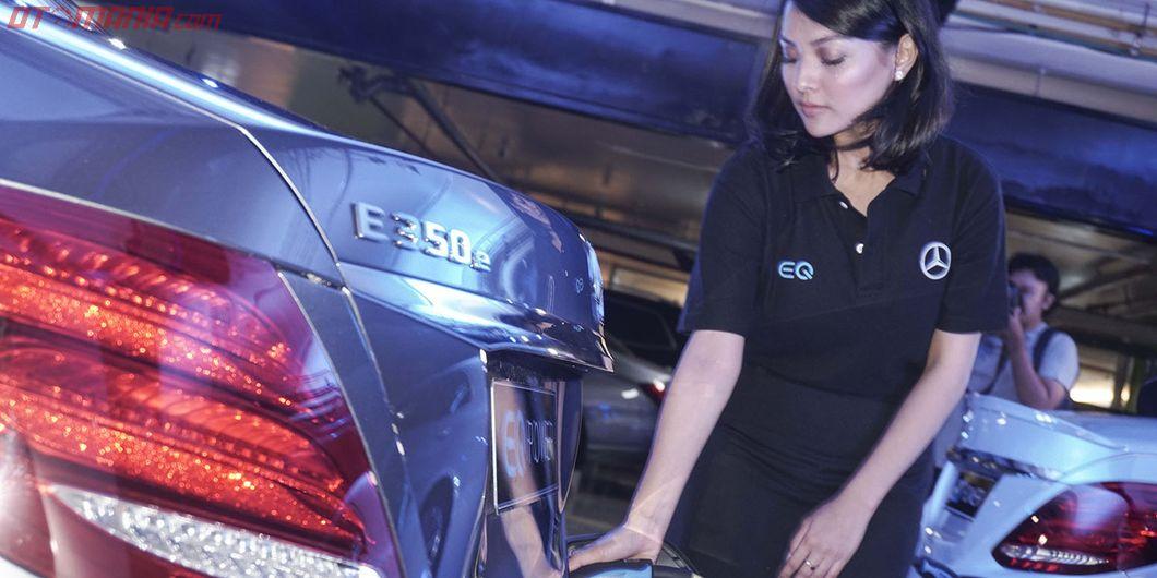 Pengisian daya pada Mercedes-Benz E 350 e plug-in hybrid. Photo: Rianto Prasetyo