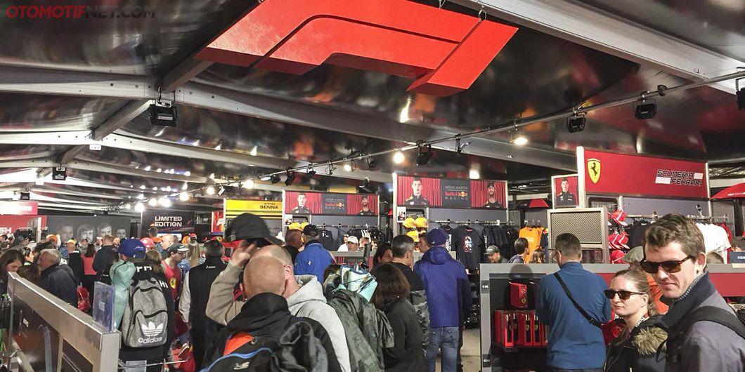 F1 Store, Tersedia merchandise resmi tim F1 – Photo : Antonio Beniah Hotbonar