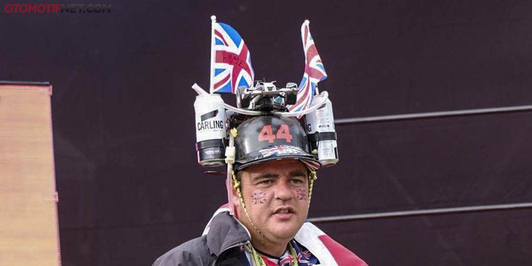 Topi unik salah satu cara mendukung pembalap kesayangan – Photo : Antonio Beniah Hotbonar