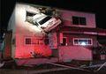 Sebuah Mobil Menghantam dan Terjebak di Lantai 2 Gedung. Kok Bisa?