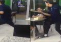 Bikin Ketawa Sampai Mules, Pria Ini Layani Pelanggan Sambil Joget