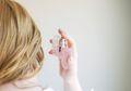 Hentikan Kebiasaan Menyemprotkan Parfum Untuk Bikin Rambut Jadi Harum