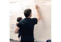 'Dosen Goal'! Profesor Ini Gendong Bayi Mahasiswinya Saat Dia Mengajar di Dalam Kelas