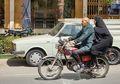 Jangan Gunakan Pakaian Terlalu Panjang Saat Naik Motor, Bisa Fatal Akibatnya!