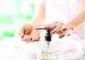 Moms Wajib Tahu! Ini Pentingnya Cuci Tangan Sebelum Pegang Bayi