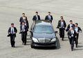 Walau Tampak Lucu, Tapi Pengawal Kim Jong Un yang Berlari di Samping Mobilnya Bukanlah Pengawal Biasa