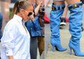 Jadi Sorotan, Jeniffer Lopez Kenakan Sepatu Mirip Celana Jeans Melorot