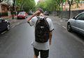Berdiri di Pinggir Jalan Aja, Pria Ini Ditawari 200 Pekerjaan Lho!