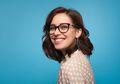 Perempuan Berkacamata Harus Sering Lakukan Perawatan Wajah, Kenapa?