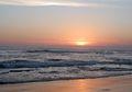 Indahnya Langit Sore di Pantai Batu Bolong, Suasananya Mirip Tanah Lot