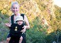 Diserang Seekor Jerapah, Ibu dan Anak Balita Ini Alami Kritis