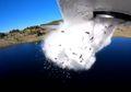 Wah! Sebuah Pesawat yang Sedang Terbang Menjatuhkan Ribuan Ikan