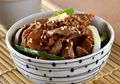 Makan Malam Lezat Ala Restoran Jepang dengan Sepiring Daging Sukiyaki Bumbu Teriyaki