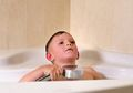 Cara Mengobati Biduran pada Anak, Mandikan dengan Air Dingin