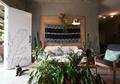 Inspirasi Desain Ruang Tamu Bergaya Urban Jungle, Teduh dan Adem