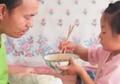 Ditinggal Sang Ibu Pergi, Anak Berusia 6 Tahun Ini Rawat Ayahnya yang Lumpuh