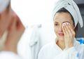 Tetap Tampil Menawan Kala Musim Hujan, Trik Makeup Ini Patut Moms Coba