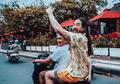 Di Bali, Steve Aoki Naik Ojek Online dan Kibarkan Bendera Indonesia!
