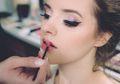Selamat Tinggal Wajah Kilau, Penata Rias Ini Bocorkan Tren Makeup 2019!