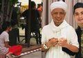 Lihat Foto Viral Pembantu Duduk Di Luar Restoran, Putra Ustaz Arifin Ilham : 'Biadab'