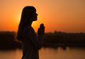 Survei Membuktikan Orang yang Aktif Beragama Cenderung Lebih Bahagia