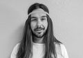 Headband Lagi Musim! Ini 7 Cara Memakainya Untuk Cowok Gondrong