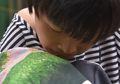 Perempuan Penderita Cerebral Palsy ini Merajut Kristik Menggunakan Mulutnya