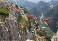 Berani Tidur di Hammock yang Berada di Atas Pegunungan Alpen Ini?