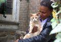 Wanita Ini Melawan Penyakit Komplikasi dengan Menjadi Ibu 80 Kucing Jalanan