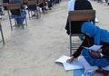 (Foto) Inspiratif, Wanita Ini Tetap Mengikuti Ujian Universitas Sambil Menyusui Anaknya