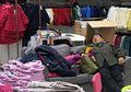 8 Foto Ini Tunjukkan Penderitaan Pria saat Diajak Pasangannya Belanja. Duh, Pasti Bosen Banget!