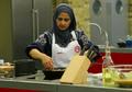 Eliminasi Peserta karena Ayam Rendangnya Tidak Krispi, Juri MasterChef Inggris Ini Diserbu Netizen