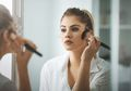 Agar Penampilan Tak 'Menor', Ini Tips Tepat Poleskan Make Up di Pagi Hari