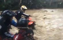 Motor Trail Nekat Nyebrang Sungai, Hampir Hanyut, Teman Malah Ketawa