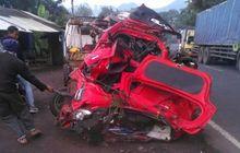 Toyota Agya Susah Dikenali, Dihantam Lalu Dihimpit Truk Pasir