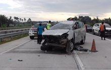 Toyota Innova dan Calya Tabrakan Beruntun, Penumpang Lansia Terlempar ke Jalan