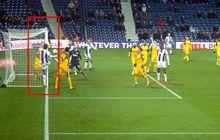 VIDEO - Pemain West Brom Cetak Gol dari Luar Lapangan di Piala FA