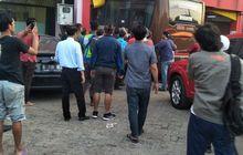 Hilang Kendali Karena Disalip, Bus Bawa Masuk Isuzu Panther ke Dalam Ruko di Bekasi