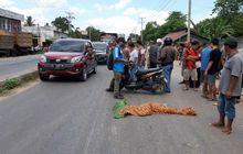 Nahas! Hindari Jalan Berlubang, Seorang Pemotor Terjatuh dan Langsung Dihantam Truk