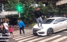Honda Civic Turbo Diinjak Pejalan Kaki, Pengemudi Panas Nantang