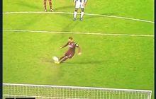 VIDEO - Coba Panenka Seperti Lionel Messi, Mantan Pemain Man City Ini Terpeleset dan Jatuh