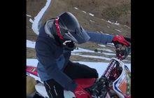 Bingung Naik Apa, Marc Marquez Asyik Main Salju Pakai Motor Aneh