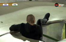 VIDEO - Ingin Hajar Pencetak Gol, Fan Satu Ini Jeblos ke Lorong Pemain