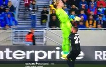 video - kiper gagal liverpool buat blunder konyol di liga europa