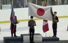 video - aksi sportif ice skater kanada, bentangkan bendera lawan yang juara